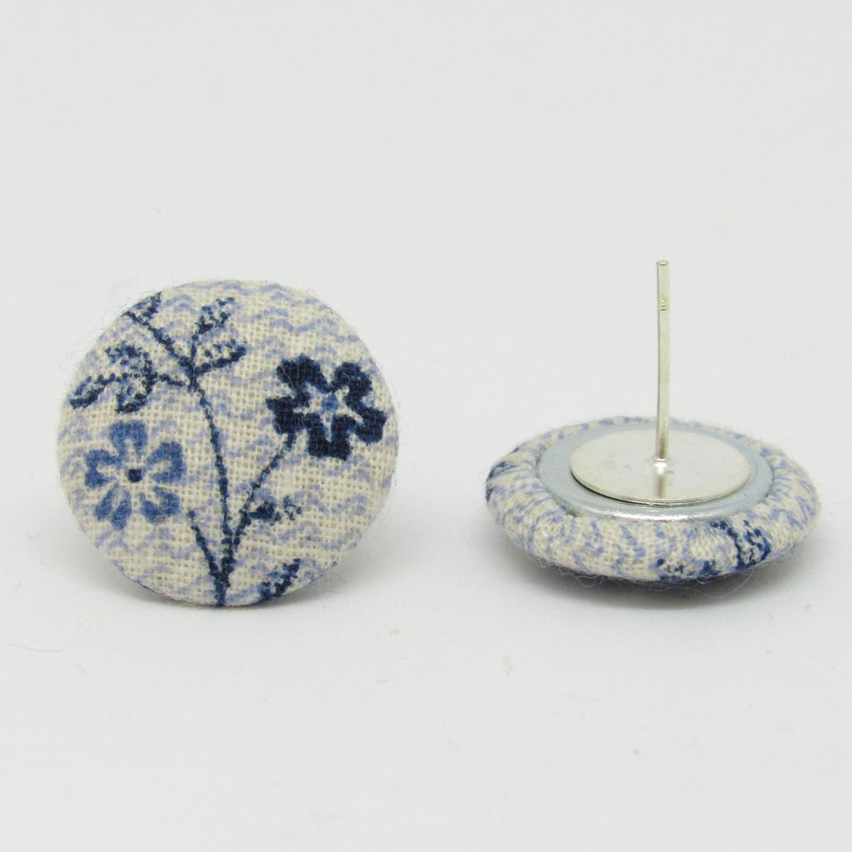 Orecchini A Perno Sfondo Bianco E Fantasia Fiori Blu Azzurro 18 Mm